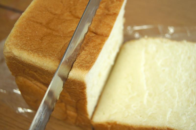 パン切り包丁で食パンをカット